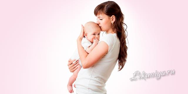 Мать держит на руках ребенка