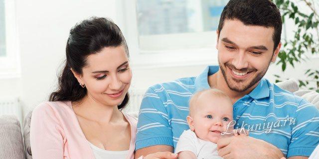 Заботливый папа держит ребенка на руках