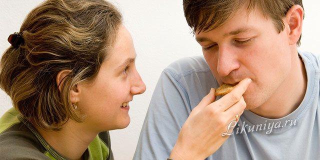 Женщина кормит мужчину с рук