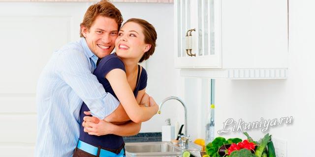 Мужчина держит женщину за руку и смотрит ей в глаза