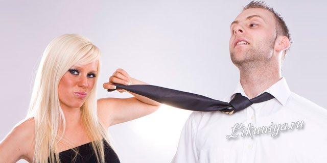 Мужчина и женщина смотрят друг другу в глаза
