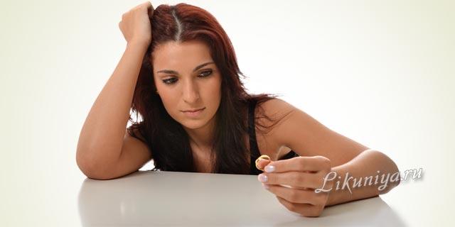 Женщина сняла с пальца обручальное кольцо